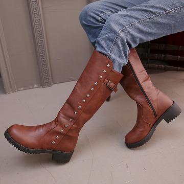 【Moscova】時尚打造 金屬鉚釘皮扣裝飾側拉長筒靴-咖啡色