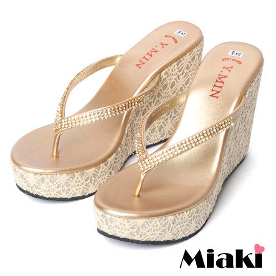【Miaki】MIT 經典鑲鑽金蔥蕾絲夾腳人字厚底楔型鞋(米色)